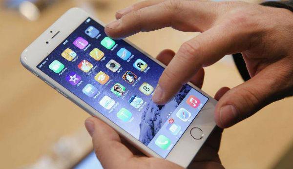 Apple <stro />iPhone℗</strong> Ferrari&#8221; width=&#8221;600&#8243; height=&#8221;346&#8243; /></p> <p>Hasta el momento, las infiltraciones sostienen que <strong>Apple</strong> podría estar laborando en hasta tres prototipos de <strong>iPhone</strong> para el año(365días) que viene. Unos nuevos documentos publicados en la red social china <strong>Weibo</strong> vendrían a demostrar esta teoría. Según esta última información, la signatura californiana lanzaría tres prototipos de aparatos móviles con nombre en code <strong>D20, D21 y D22. </strong>Hay que señalar, que el <strong>iPhone 7</strong> y <strong>iPhone 7 Plus</strong> recibieron los nombres de code interno <strong>D10</strong> y <strong>D20</strong> en sus primeros ciclos de producción. El documento además sugiere, que <strong>Apple</strong> habría dado al modelo de gama alta el nombre en code de &#8220;<strong>Ferrari</strong>&#8220;. De hecho, el <strong>iPhone</strong> único fue denominado internamente como &#8220;<strong>Project Purple</strong>&#8220;.</p> <p>¿Qué viene a significar todo esto? Prácticamente esta nueva info vendría a decirnos que los de <strong>Cupertino</strong> estarían laborando en una continuación de los actuales <strong>iPhone</strong>, continuando con la tradición y la nomenclatura &#8220;S&#8221;: <strong>iPhone 7s</strong> y<strong> <strong>iPhone℗</strong> 7s Plus</strong>. Pero, además tendrían dispuesto un modelo más avanzado, actualmente conocido como <strong>Ferrari</strong>, que llegaría para festejar el 10.º aniversario del lanzamiento del 1er <strong>iPhone</strong>. Este aparato podría contar con una pantalla curvada a ambos lados y con tecnología <strong>OLED.</strong></p> <p><img class=