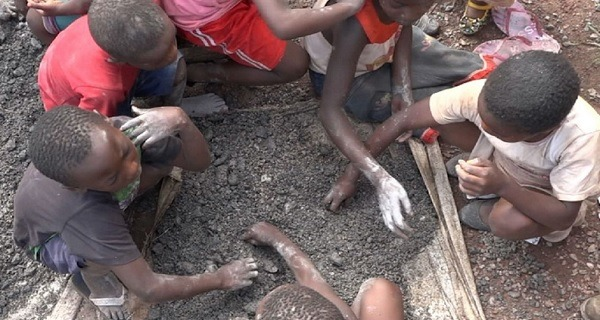 Un vídeo muestra a niños trabajando en las minas de cobalto