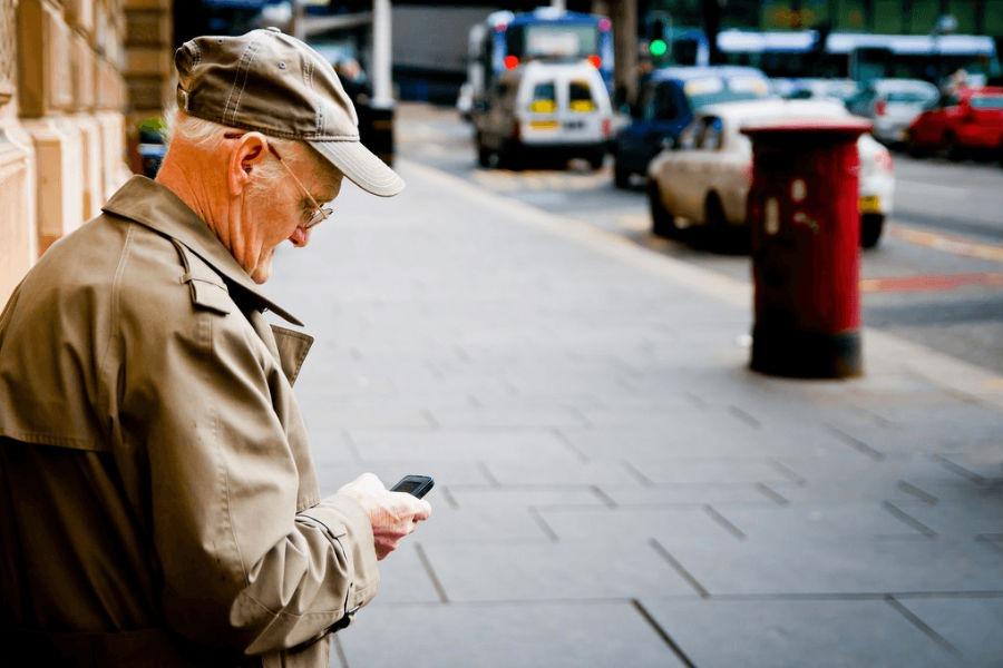 Cinco celulares presentes para personas mayores