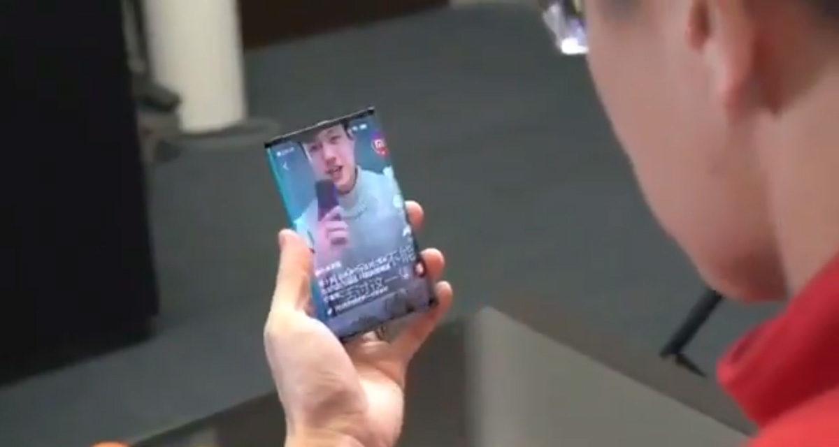 El presidente de Xiaomi muestra en vídeo un móvil plegable